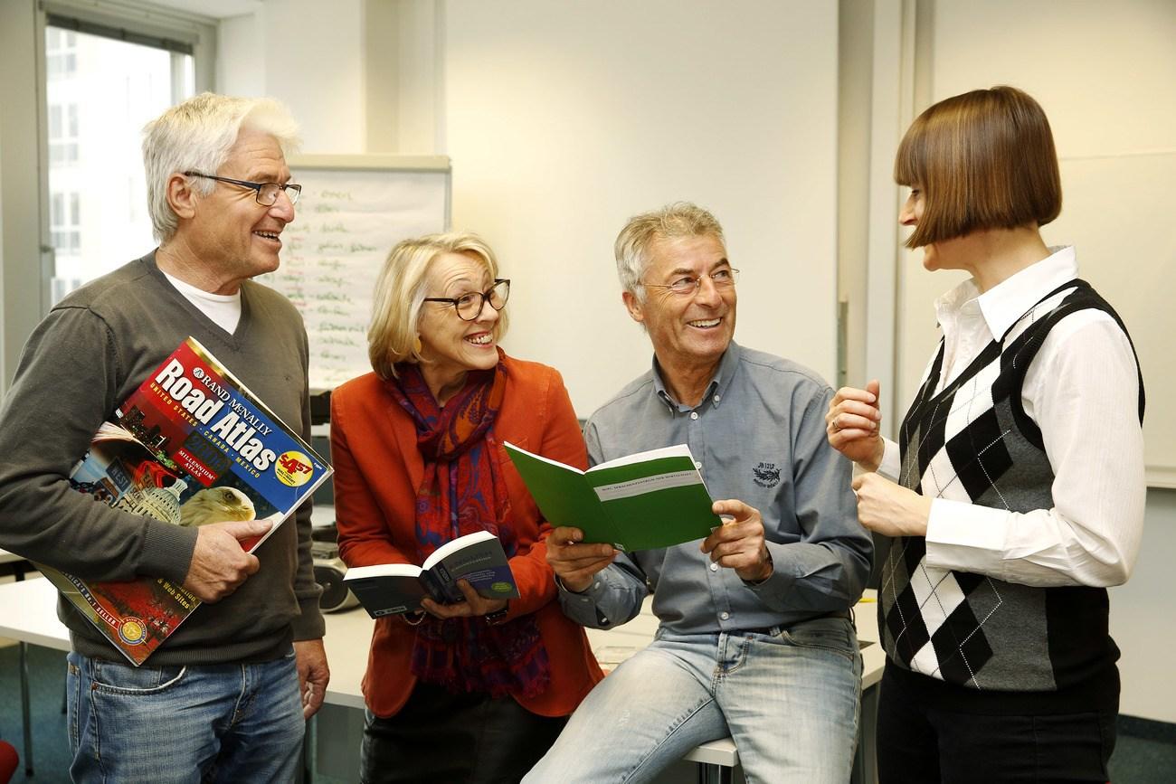 ältere Menschen beim Sprachen lernen