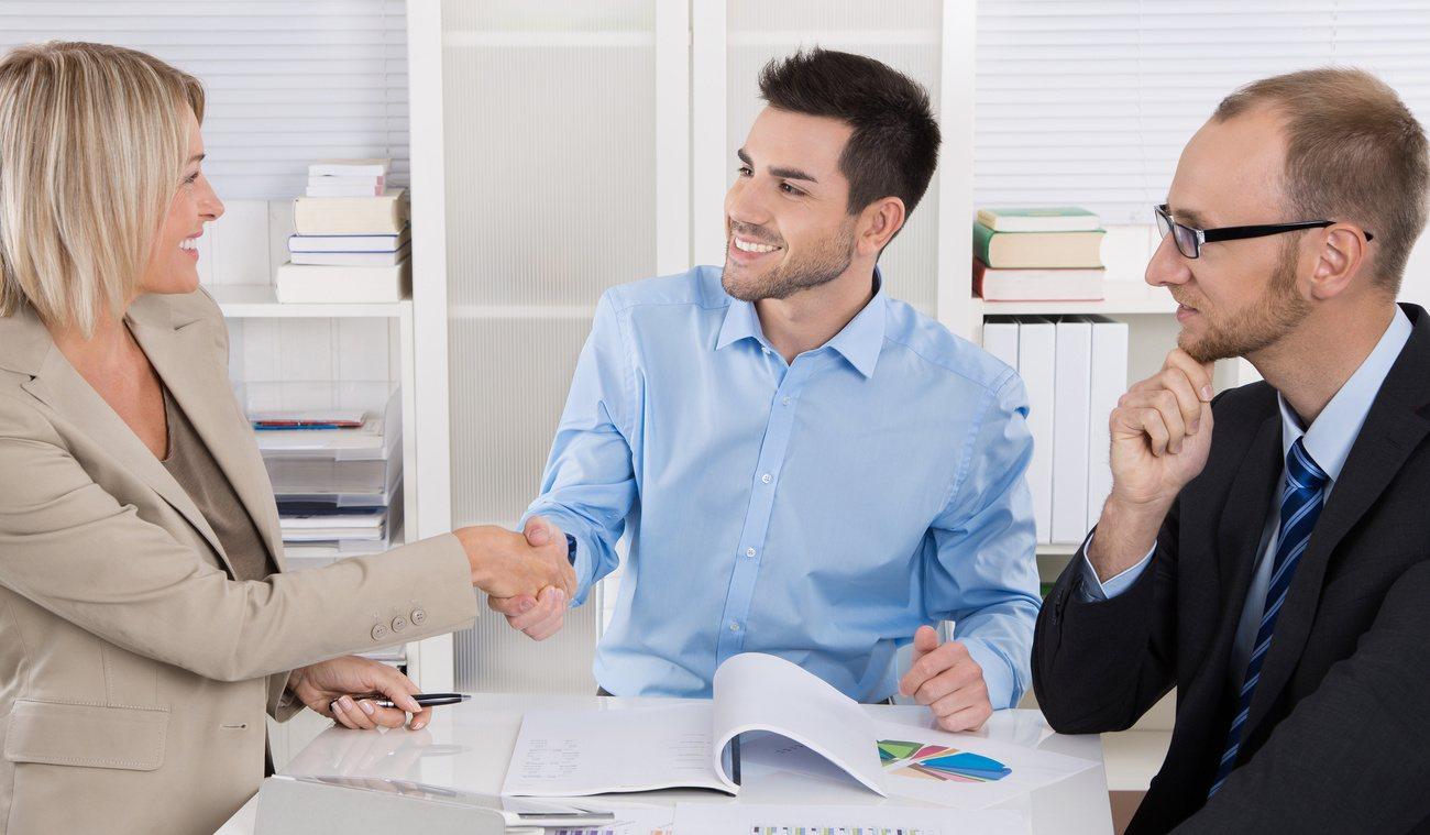 Verkaufsgespräche zwischen zwei Männern und einer Frau.