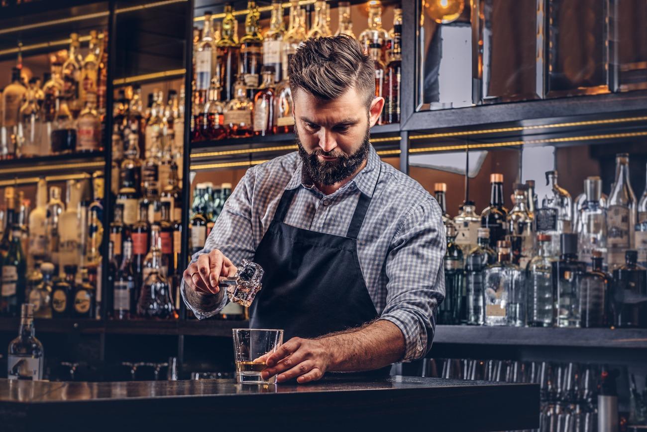 Barkeeper mixt Drink