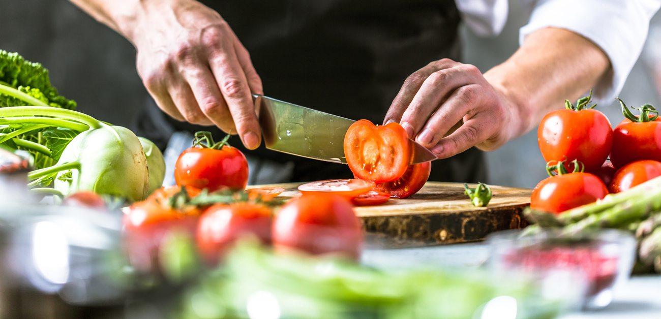 Die Leidenschaft zur Kulinarik führt oft zu einer Ausbildung als Koch am zweiten Bildungsweg.