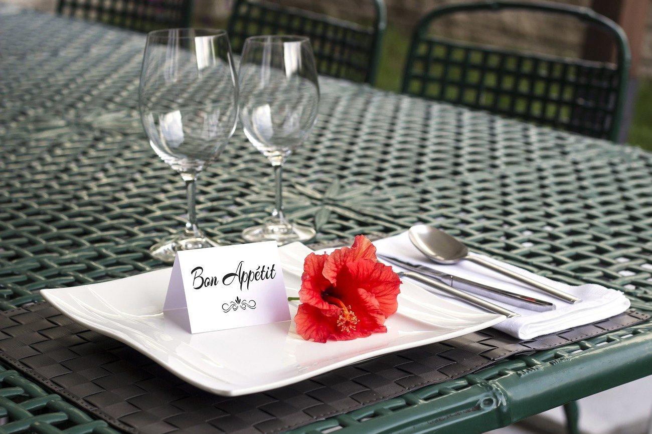 Gedeckter Tisch mit Blume auf dem Teller