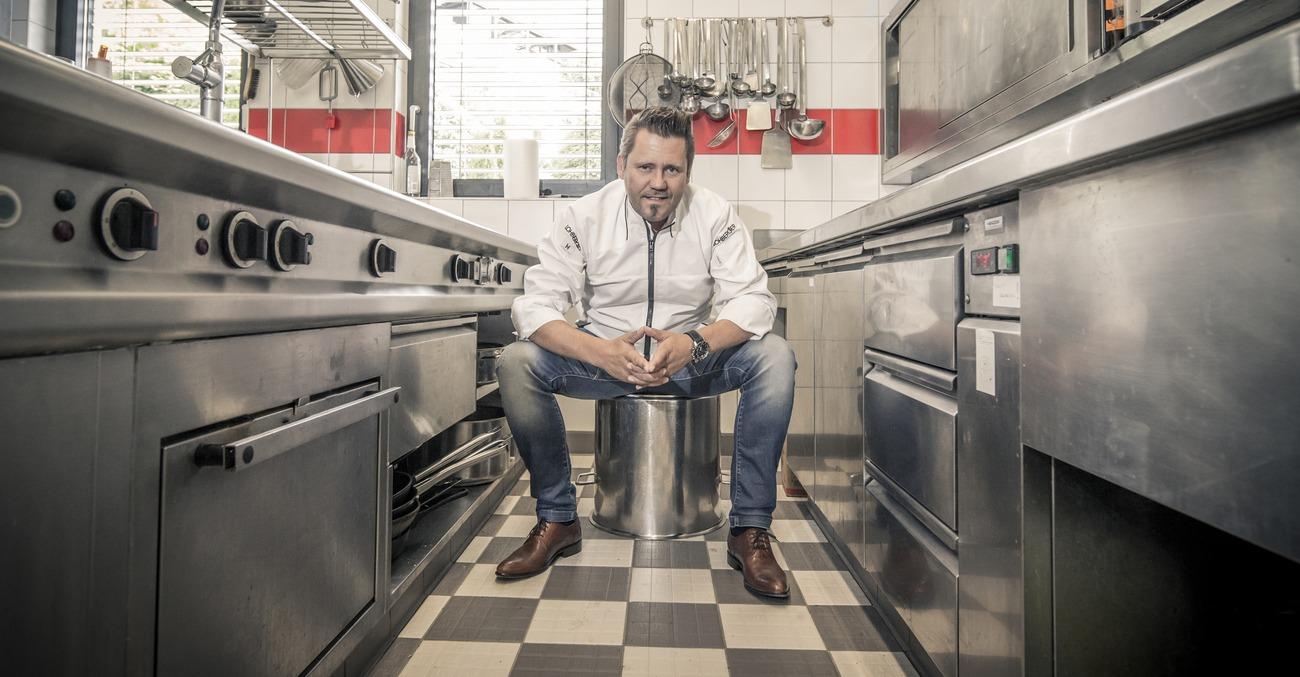 Ein Koch ist in der Küche Zuhause.