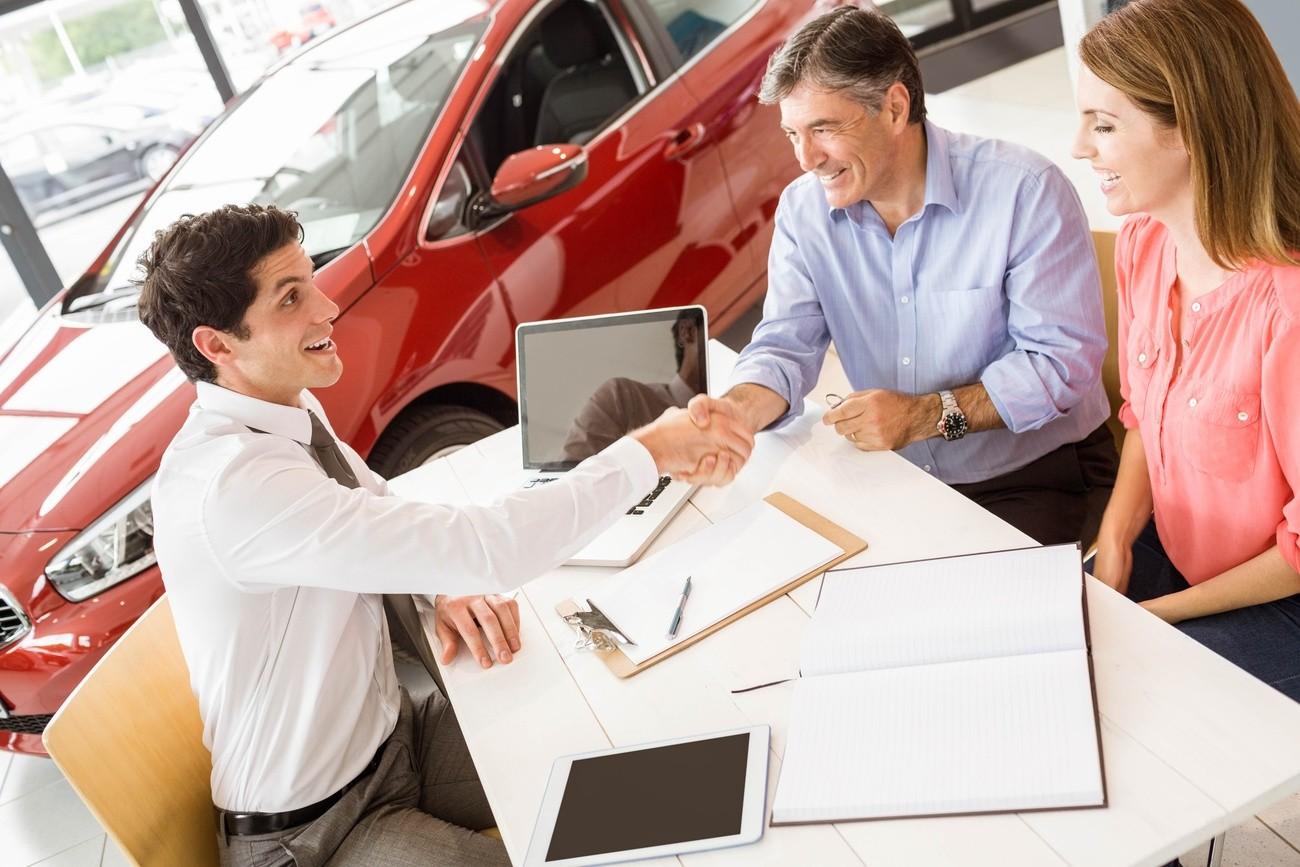 Mann verkauft ein Auto. Er ist ein guter Verkäufer