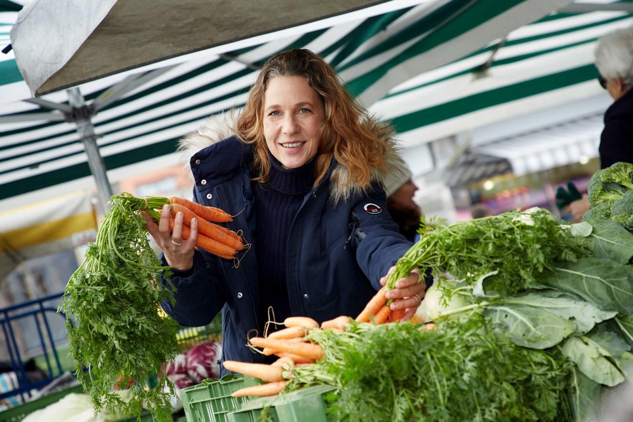 Frau mit Gemüse in der Hand